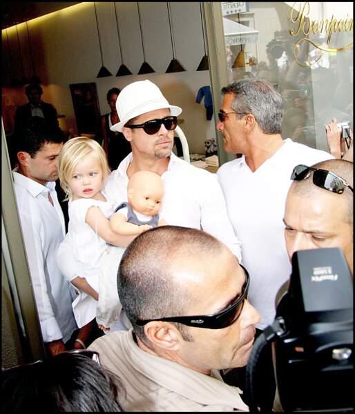 Shiloh Jolie-Pitt sortant avec son père Brad Pitt de la boutique Bonpoint, à Cannes, en mai 2008