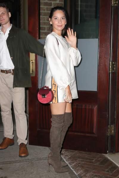 Olivia Munn en jolies cuissardes à talons