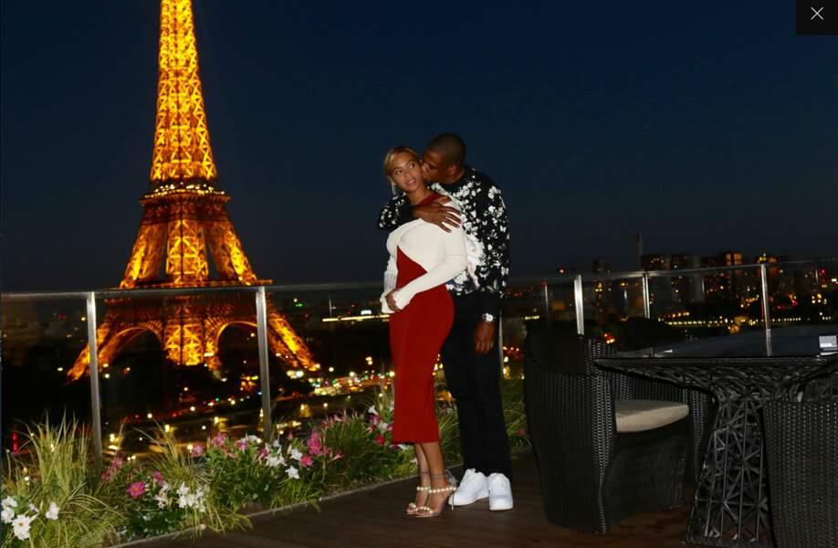 Le couple, toujours trèsamoureux et très riche, aime toujours autant Paris.
