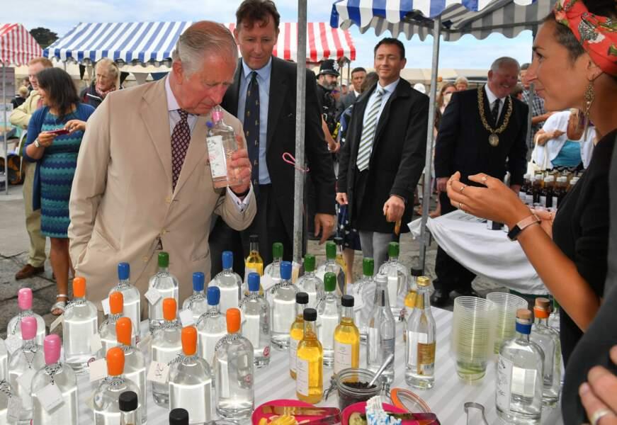Le prince Charles s'offre une petite dégustation lors de l'anniversaire de sa Camilla Parker Bowles ce 17 juillet