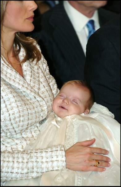 La princesse Leonor, paisible dans les bras de la princesse Letizia d'Espagne, lors de son baptême le 14/01/06