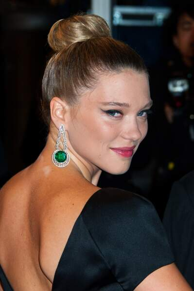 Le maxi bun plaqué qui met en valeur le port de nuque de l'actrice Léa Seydoux.