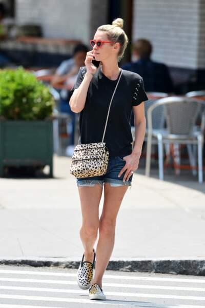Nicky Hilton joue le short en jean mode assorti avec un sac et des chaussures léopard