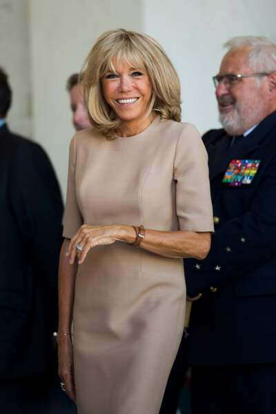 """""""Brigitte is très chic """"disent les médias anglais et Brigitte Macron le prouve en robe camel Louis Vuitton à 2700 €"""
