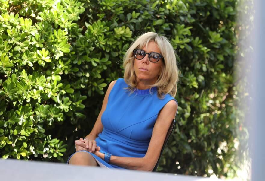 Brigitte Macron très chic en robe Louis Vuitton bleue
