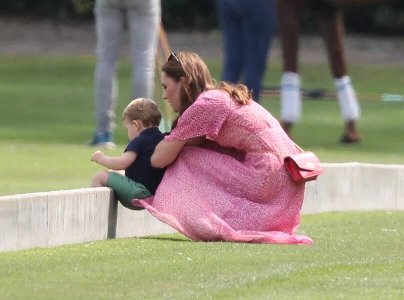 Kate Middleton, chic et bohème, s'amuse avec Louis