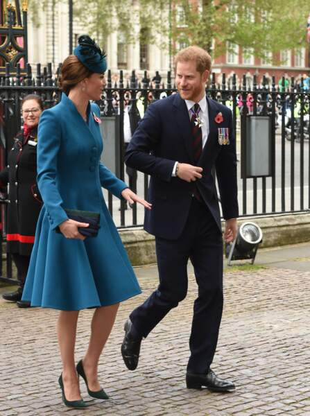 Kate Middleton rayonnante en manteau Catherine Walker et escarpins Emmy London en l'abbaye de Westminster