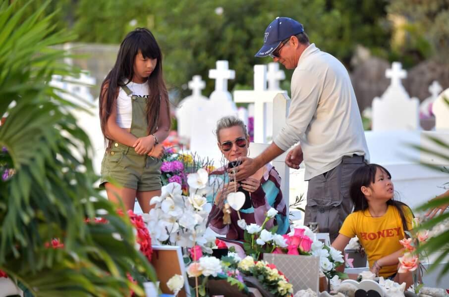 Laeticia, Jade et Joy Hallyday se recueillent sur la tombe de Johnny au cimetière de Lorient, le 20 avril 2018