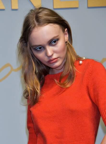 Du bleu sur les yeux noisette pour Lily-Rose Depp