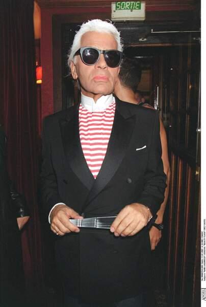 Karl Lagerfled, ultra chic en veste cintrée et chemise rayée, lors d'un cocktail chez Castel à Paris en 2001