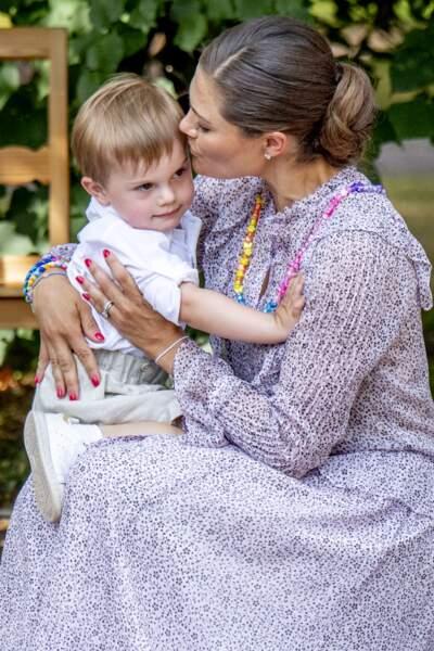 Le prince Oscar dans les bras de Victoria de Suède, lors de son 41e anniversaire à Solliden le 14 juillet 2018