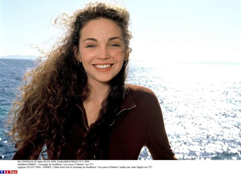 """Claire Keim et sa longue chevelure châtain ondulée, sur le tournage de la série """"Les yeux d'Hélène"""" en 1994"""