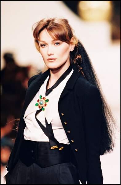 Carla Bruni, sérieuse en défilé haute couture (1994).