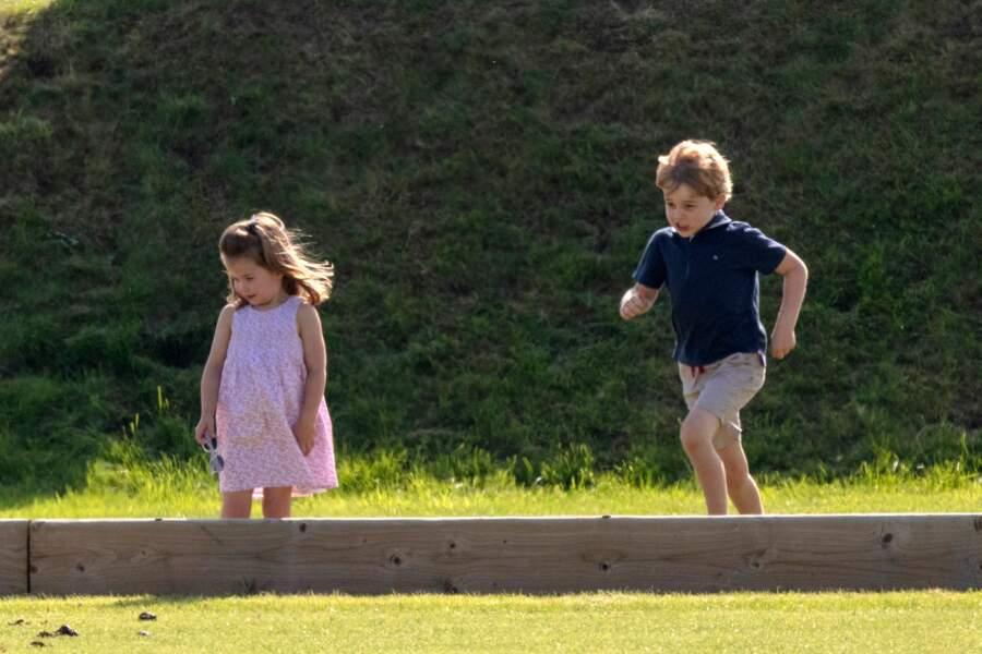 La Princesse Charlotte, pieds nus, de Cambridge, le prince George lors d'un match de polo