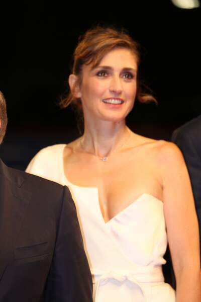 Julie Gayet, sa robe attire tous les regards