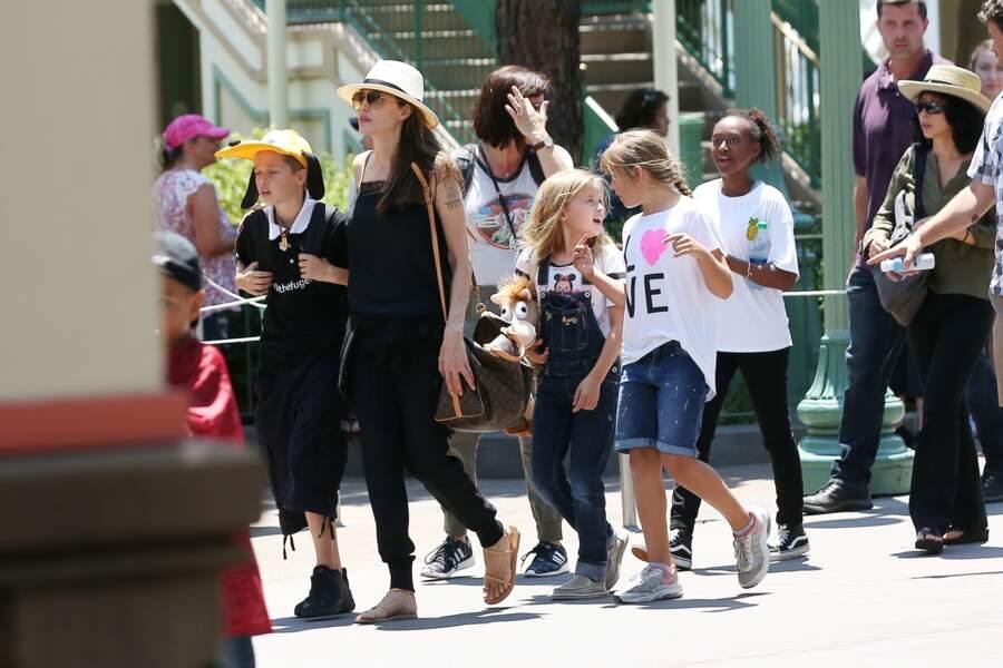 Au programme de la journée pour les Jolie-Pitt, manèges et passage obligatoire dans des boutiques souvenirs.