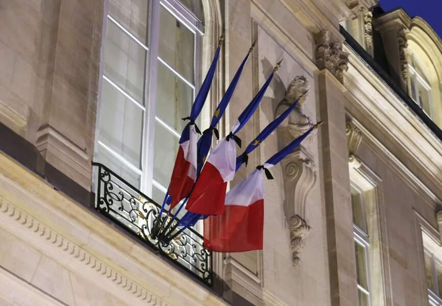 Les drapeaux français en berne à l'Élysée