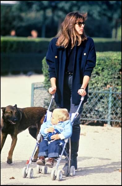 La princesse Caroline de Monaco et son fils Andrea se baladent dans un parc à Paris, en 1985