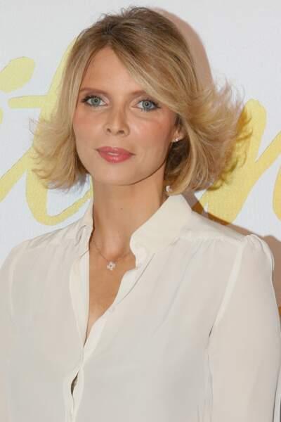 Sylvie Tellier porte le blond depuis plusieurs années pour mettre en valeur les traits de son visage.