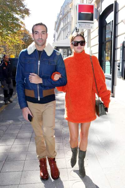 Sara Sampaio ose la robe pull orange vif, idéale pour la mi-saison.