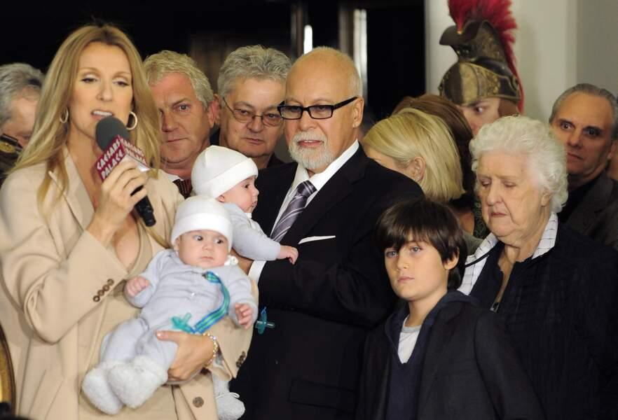 Céline Dion, avec ses jumeaux Eddy et Nelson, René Angélil et René-Charles, en 2011 à Las Vegas