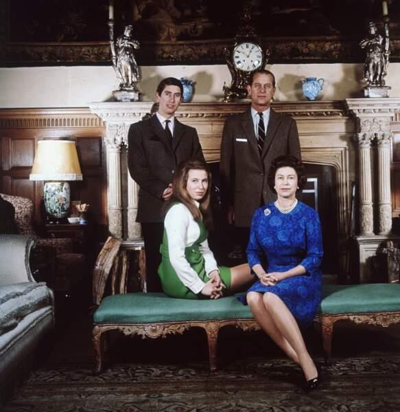 La reine Elizabeth II, le prince Philip, le prince Charles et la princesse Anne à Sandringham en 1970