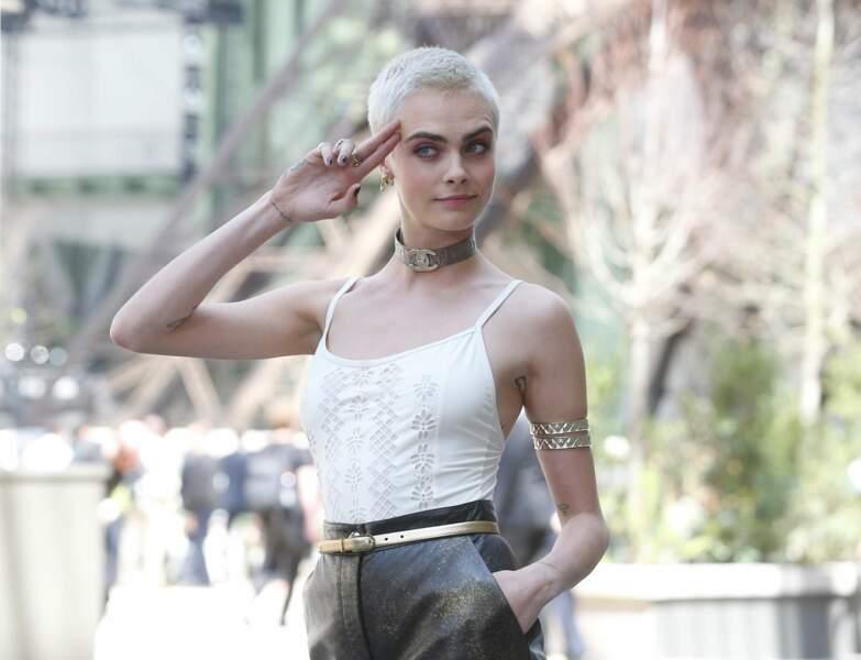 Cara Delevingne souriante face aux photographe à son arrivée au défilé Chanel