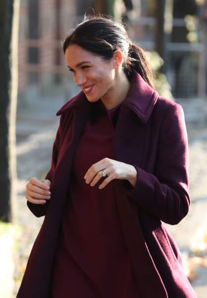 Meghan Markle radieuse en robe et manteau prune Club Monaco