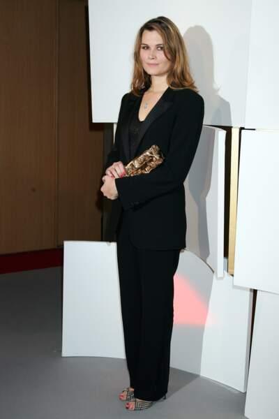 """Marina Hands mise sur un look sobre en costume noir lorsqu'elle reçoit le César en 2007 pour """"Lady Chatterley"""""""