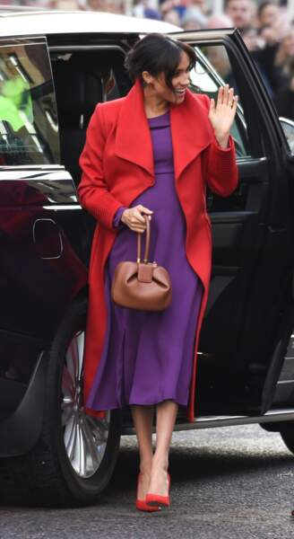 Meghan Markle, enceinte, en tenue rouge et violette à Birkenhead, en 2019