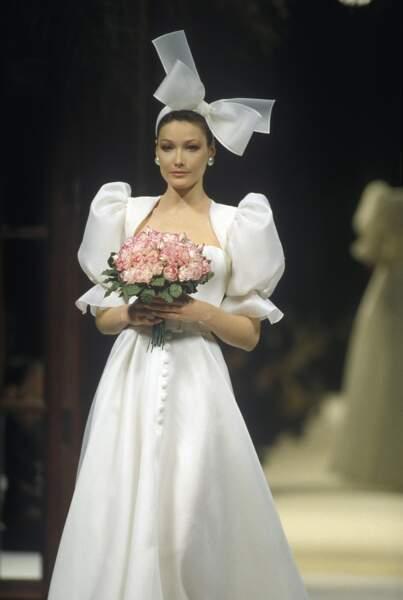 En mariée, pour le défilé Givenchy Haute Couture printemps/été 1994 à Paris