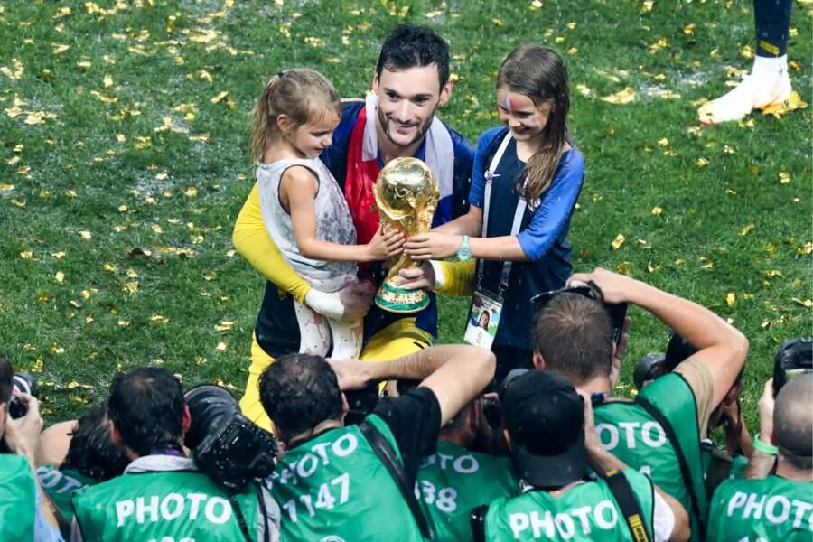 Hugo Lloris et ses filles, Anne-Rose et Giuliana, prennent la pose avec la Coupe du monde, après la victoire