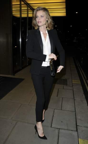 Eva Herzigova, costume sombre et chemise blanche