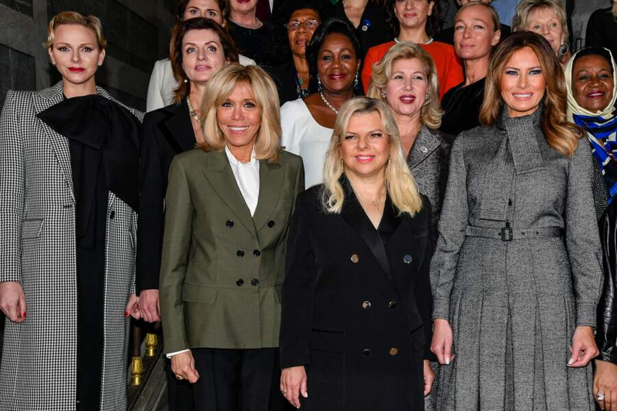 Melania Trump a beau être habillée en gris, sa robe Dior la distingue largement des autres