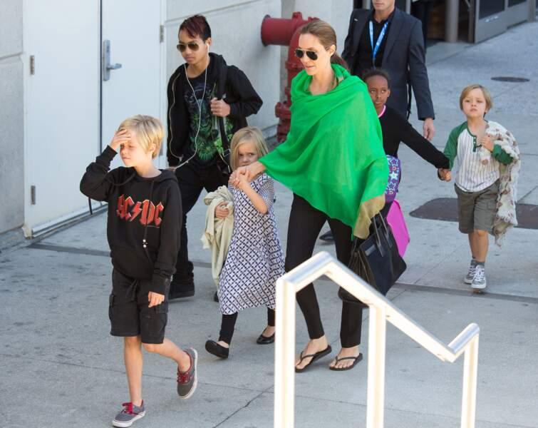 Les jumeaux, avec leur mère et leurs frères et soeurs, à Los Angeles, en février 2014.