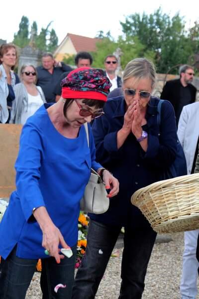 Ariane et Dorothée bouleversées aux obsèques de François Corbier au cimetière de Serez, le 5 juillet 2018.