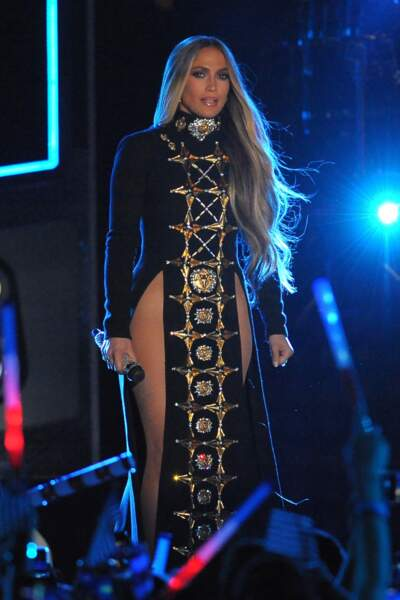 Avec sa robe très échancrée, J-Lo laisse voir le haut de ses cuisses...
