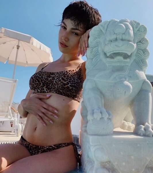 Úrsula Corberó très sensuelle dans un maillot imprimé leopard