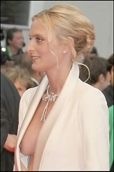 La très sexy Sarah Marshall a mal évalué l'ouverture de sa veste à l'occasion du festival de Cannes 2008.