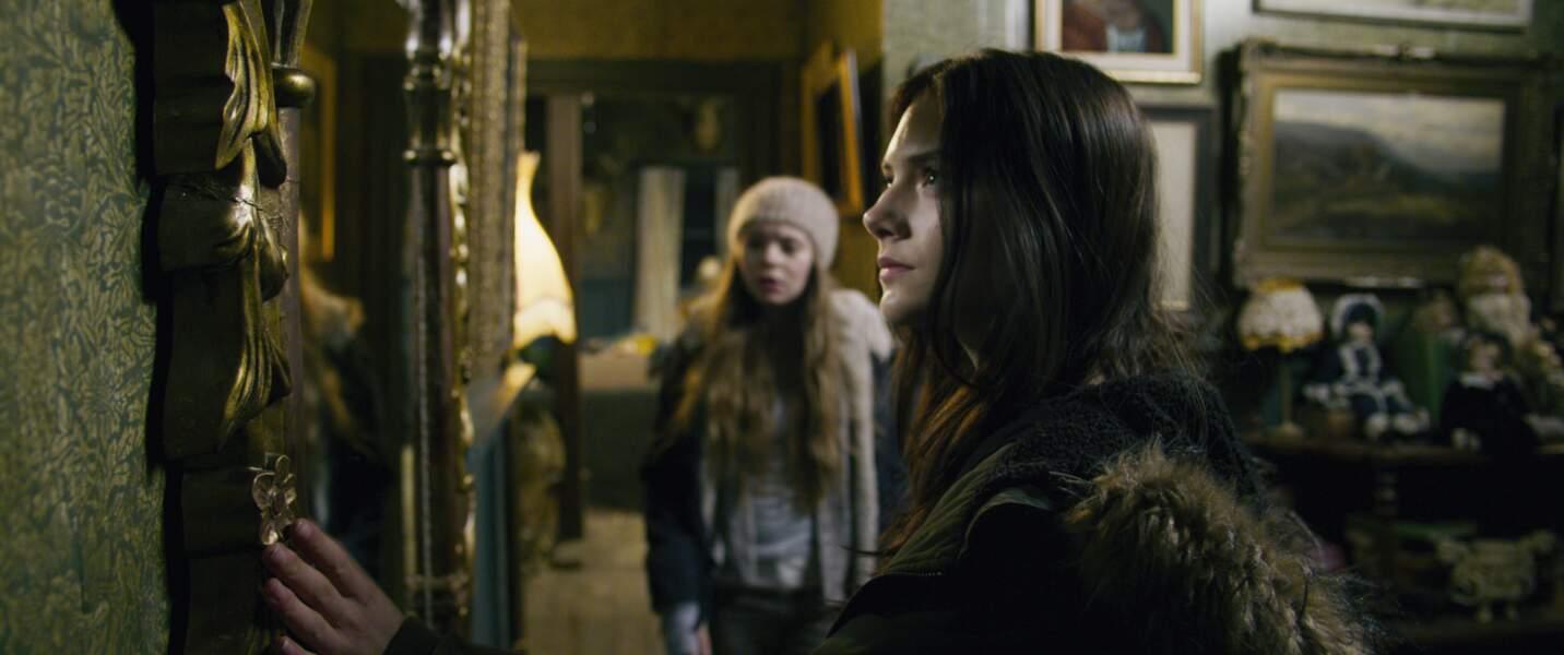 Emilia Jones, avec Taylor Hickson, qui joue Vera, sa soeur aînée, insensible au fantastique