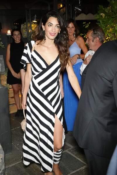 Amal Clooney en robe longue et fendue le 3 août 2018.