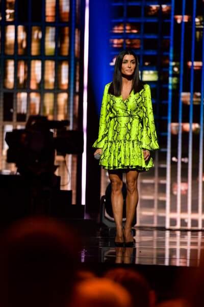 Jenifer adore les robes courtes au style portefeuille comme le 29 mars 2019 lors du concert du Sidaction