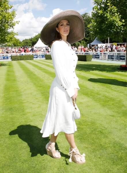 Iris Mittenaere en robe blanche tendance Bash, espadrilles et joli chapeau