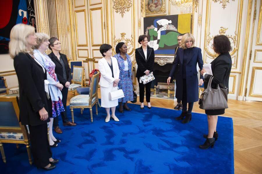 Pour recevoir ses 5 scientifiques de haut niveau, Brigitte Macron avait revêtu un jean slim plutôt rock