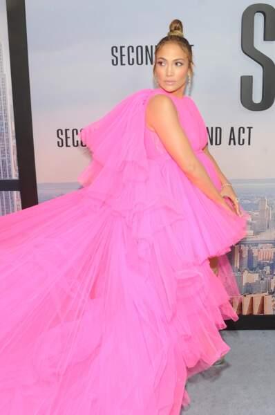 Jennifer Lopez stylée avec un bun et unre robe flashy