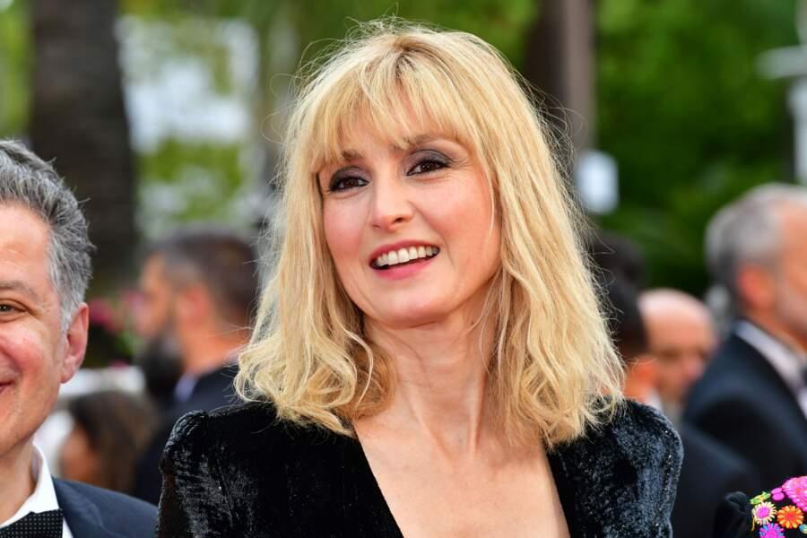 Nouveau look pour Julie Gayet : une frange et des cheveux blond platine