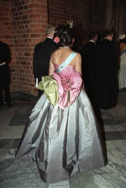 Le dos de la robe est impressionnante avec son gros nœud rose et vert agrémenté d'une élégante fleur
