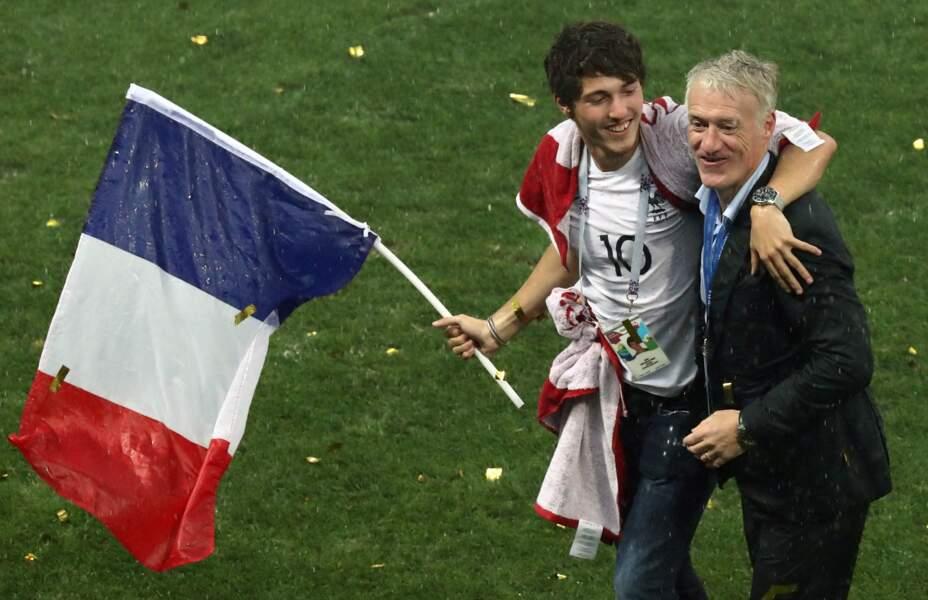 Didier Deschamps aux côtés de son fils Dylan après la victoire des Bleus à la Coupe du monde
