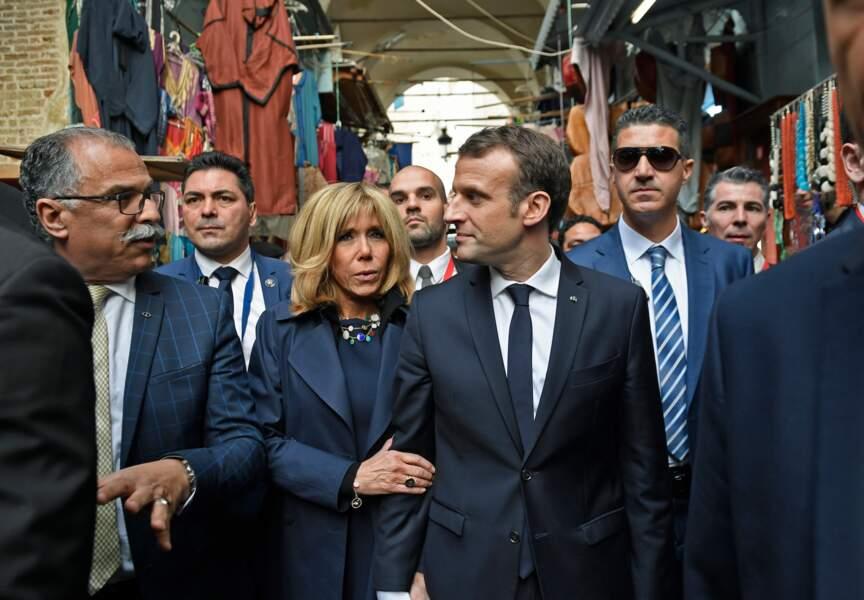 Brigitte Macron au bras de son époux pour visiter la Medina de Tunis, le 1er février 2018