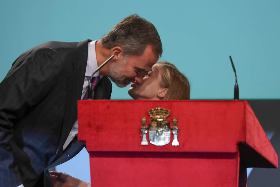 Leonor, félicitée par son papa après son premier discours public le 31 octobre 2018